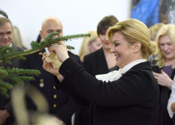 Predsjednica kiti drvce S. Samuelina štalica na Pantovčaku